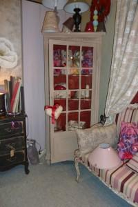 L'intèrieur de l'armoire est patiné en rouge