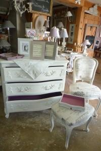 Une chaise , un tabouret tapissé de lin