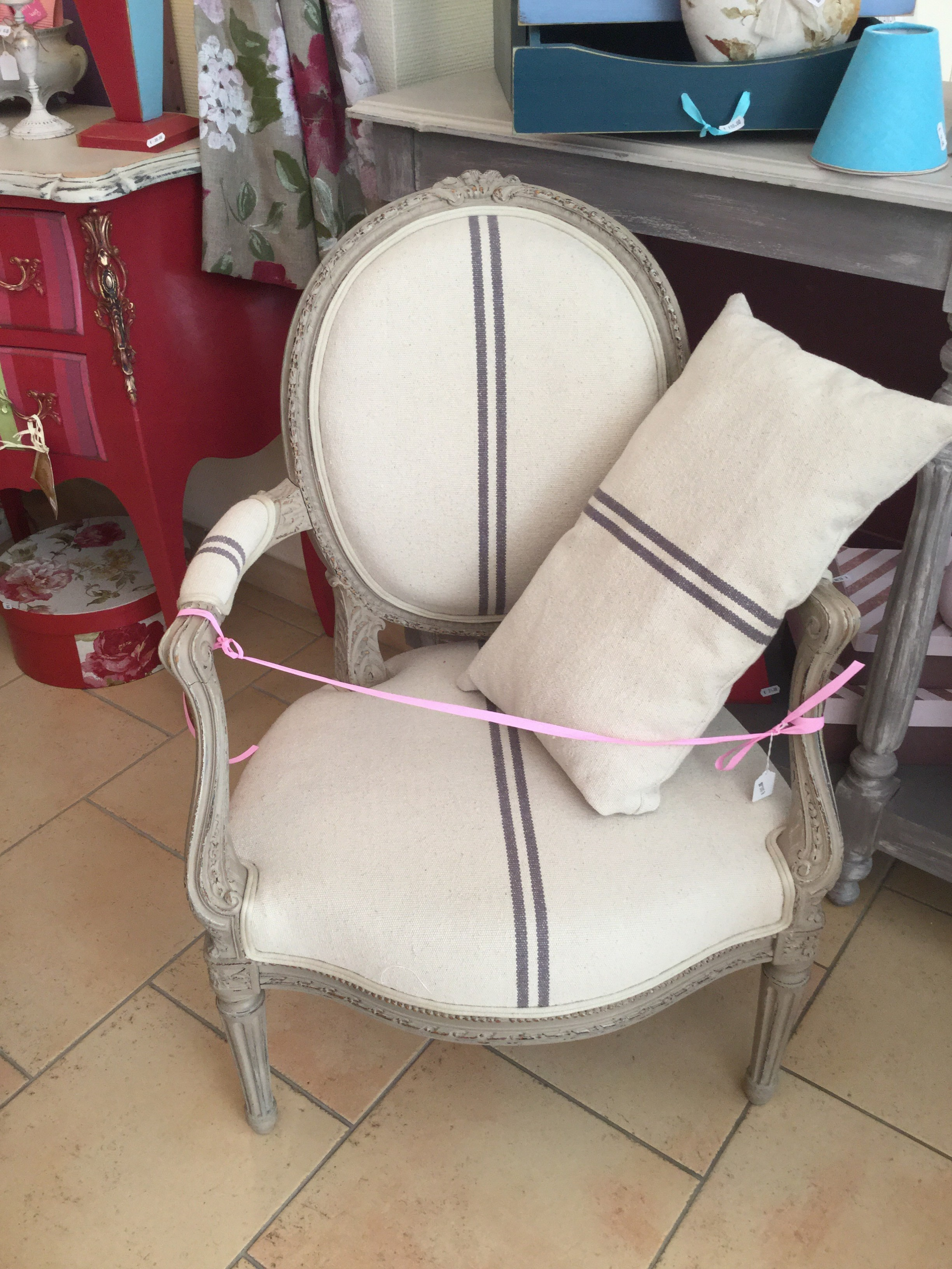 Meubles anciens relooker fauteuil cabriolet m daillon - Chaise medaillon rose ...
